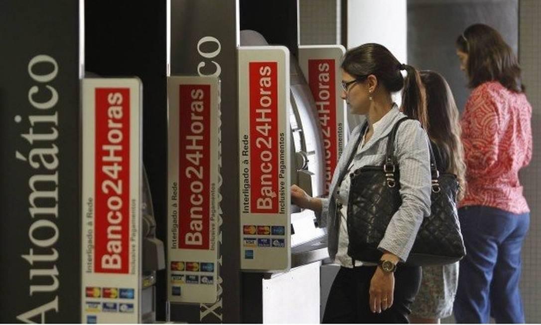 Clientes operam caixas eletrônicos 24 horas Foto: Gustavo Miranda - Agência O Globo