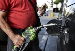 O caos econômico na Venezuela é tão grande que há até dificuldade para se estabelecer o preço nos postos de gasolina (Photo by Luis ROBAYO / AFP) Foto: LUIS ROBAYO / AFP