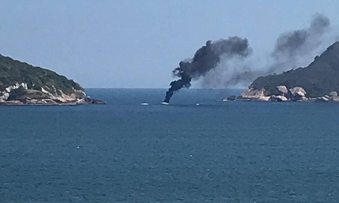 Fogo em embarcação assusta banhistas na Praia da Barra. Foto: Reprodução do leitor