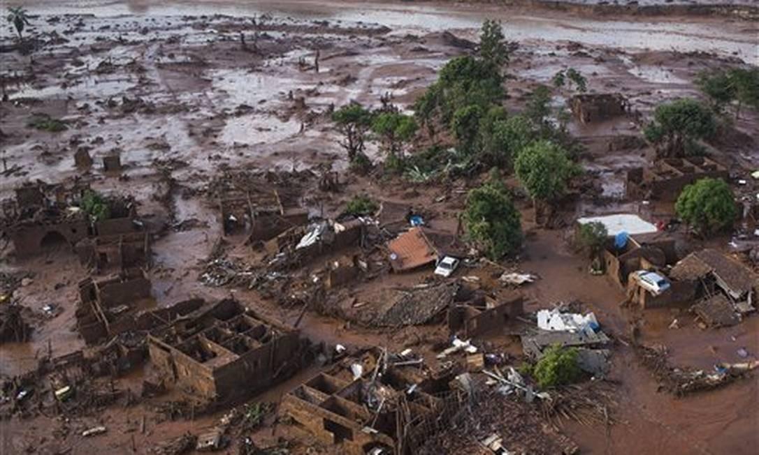 A destruição em Bento Rodrigues em 2015, com a ruptura da barragem da Samarco Foto: Felipe Dana / AP
