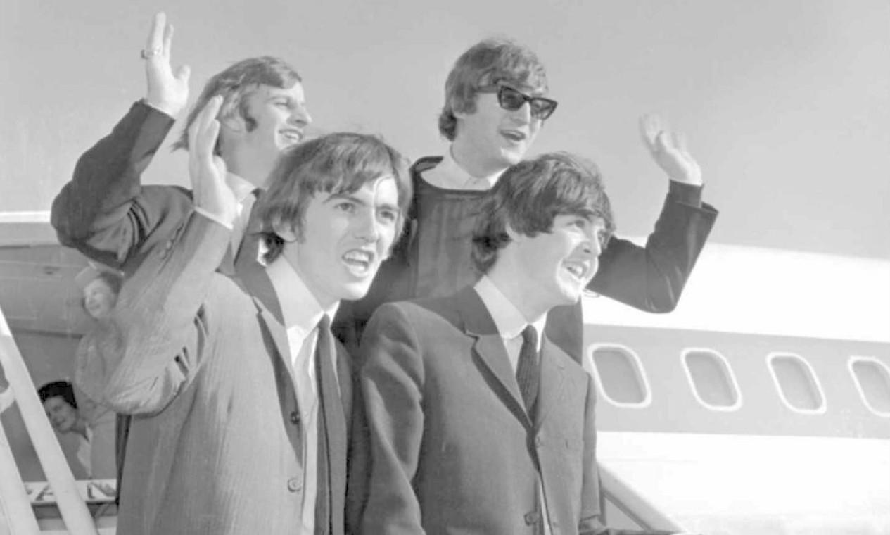 Início de turnê americana. Chegada dos Bealtles ao aeroporto de São Francisco, em 18 de agosto de 1964. Na foto, no sentido horário, John Lennon, Paul McCartney, George Harrison e Ringo Starr. Foto: AP Photo / AP