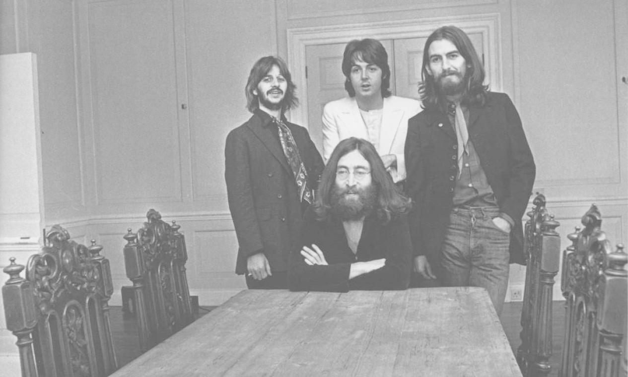 Ringo Starr, Paul Mc Cartney, George Harrison e John Lennon (sentado). Foto: Divulgação / .