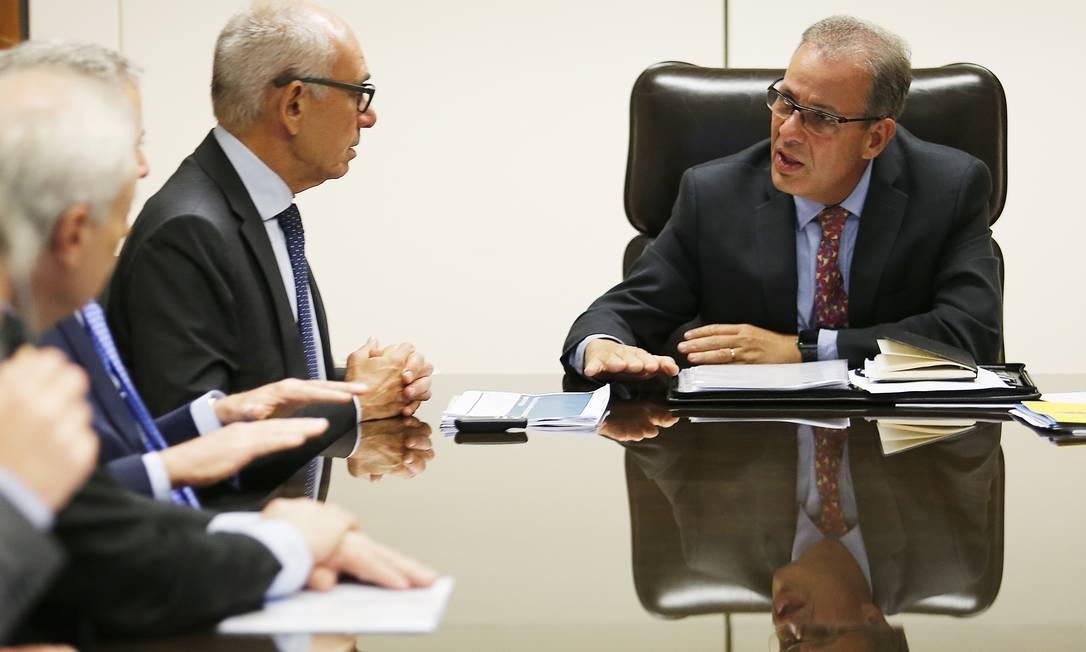 O presidente da Vale, Fabio Schvartsman, se reúne com o ministro de Minas e Energia, Bento Albuquerque Foto: Jorge William/Agência O Globo