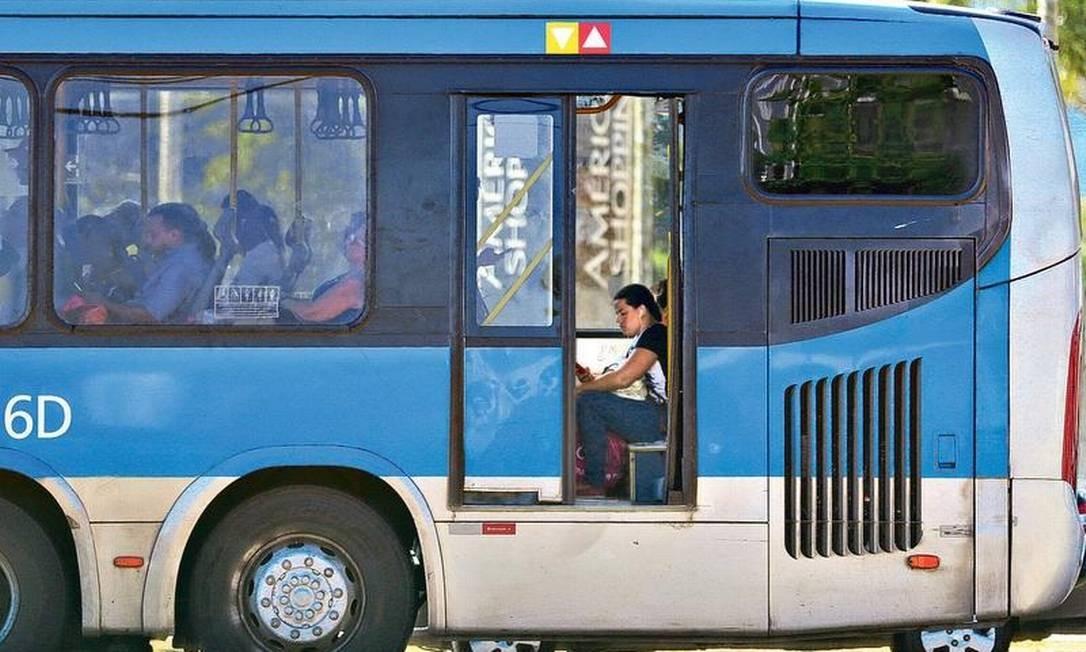 Risco: um ônibus do BRT Transoeste trafega na Avenida das Américas, na Barra, com a porta aberta: sistema tem 23 estações fechadas por problemas na segurança, pistas esburacadas e veículos circulando sem ar-condicionado Foto: Márcio Alves / Agência O GLOBO