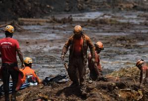 Equipes de resgate e bombeiros trabalham na busca por vítimas, após o rompimento da barragem da Mina do Feijão, da Vale, em Brumadinho (MG) Foto: MAURO PIMENTEL / AFP