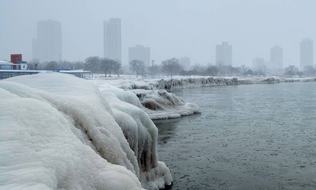 A vista da cidade a partir da North Avenue Beach, no lago de Michigan. Tudo branco e muito frio por lá Foto: STRINGER / REUTERS