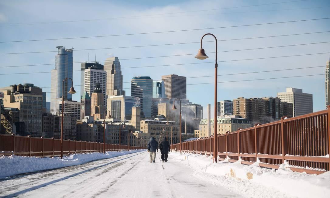 Em Minneapolis, Minnesota, um casal foi corajoso ao sair de casa diante de tanto frio Foto: STEPHEN MATUREN / AFP
