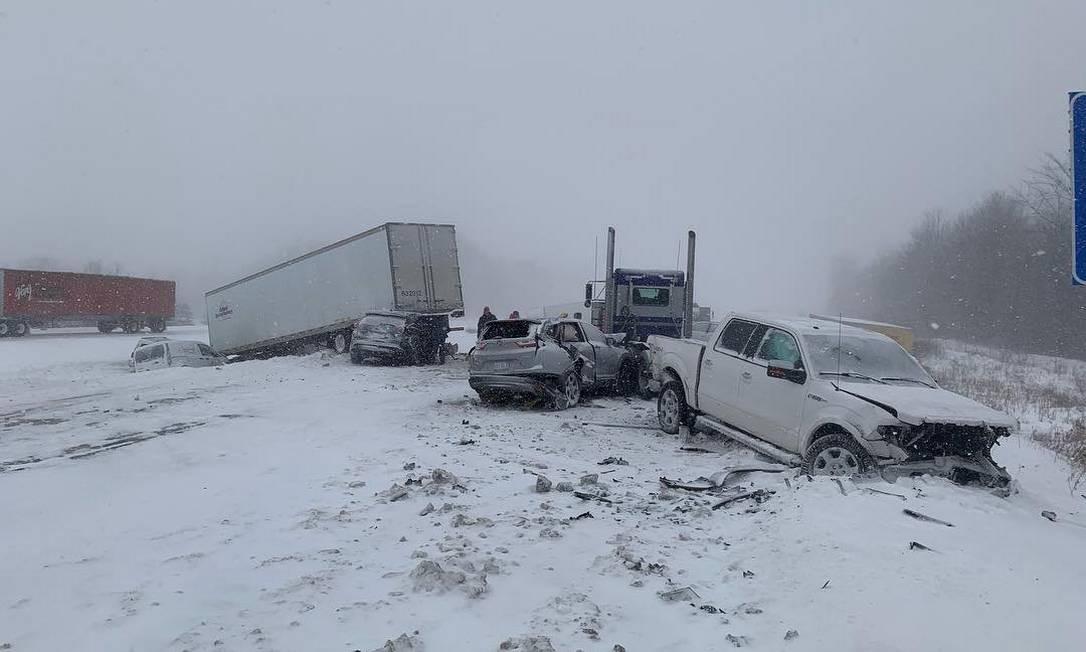 Na Grand Rapids, em Michigan, o vórtice polar gerou acidente entre um caminhão e diversos carros Foto: SOCIAL MEDIA / REUTERS