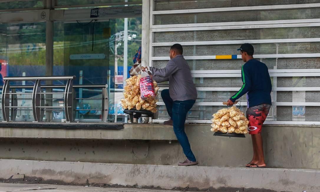 Comerciantes ambulantes dão calote na estação Magarça do BRT Transoeste, na avenida Cesario de Melo Foto: Marcelo Régua / Agência O Globo