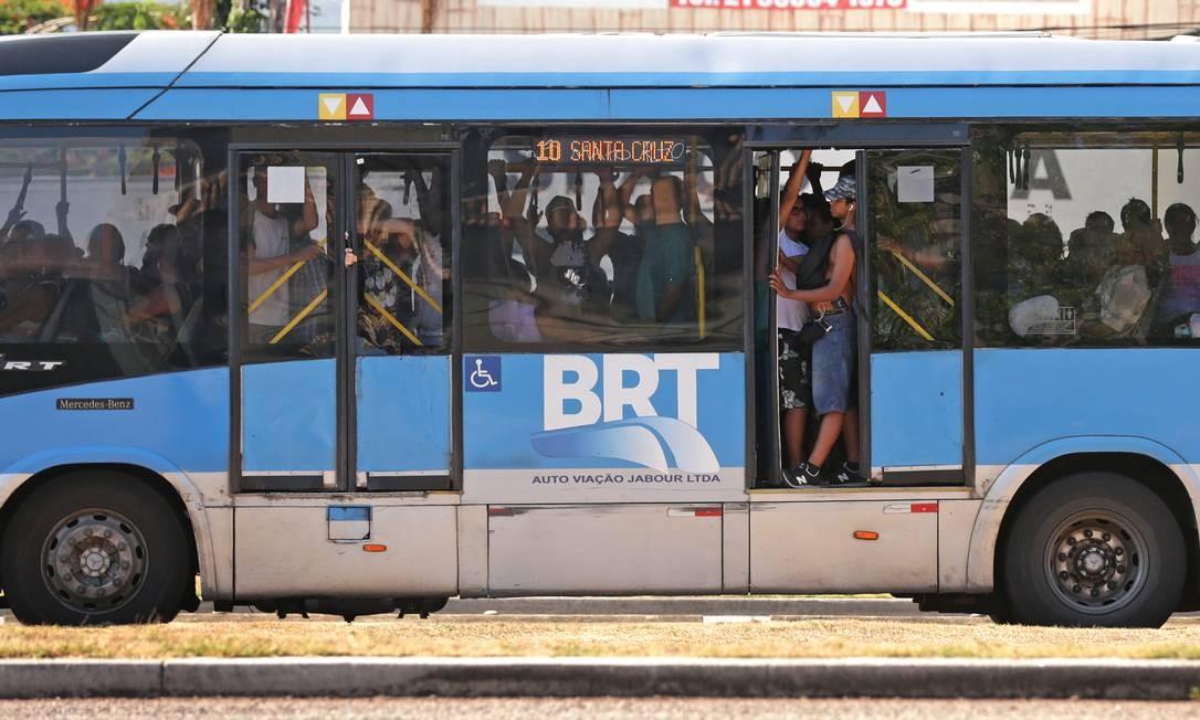 A cena dos ônibus cheios na Avenida das Américas é um clássico do BRT Transoeste Foto: Marcio Alves / Agência O Globo