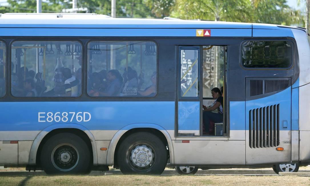 Falta de itens básicos de segurança nos ônibus, como portas, também chama a atenção Foto: Marcio Alves / Agência O Globo