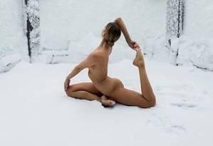 Ioga nua na neve Foto: Nude Yoga Girl