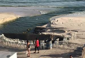 Moradores observam língua negra na orla de Arraial do Cabo Foto: Reprodução