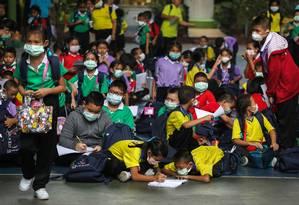 Estudantes usam máscaras devido à poluição do ar, em uma escola pública em Bangkok, na Tailândia Foto: ATHIT PERAWONGMETHA / REUTERS