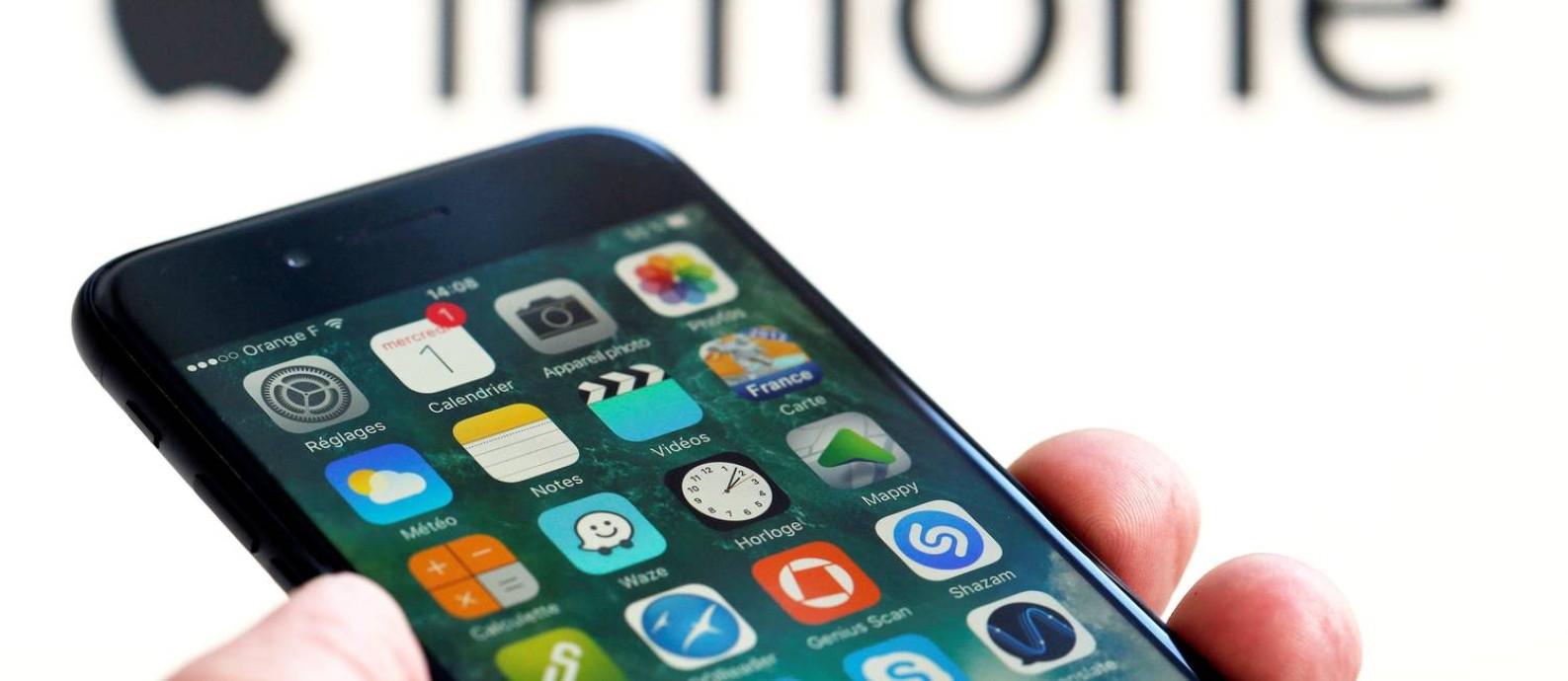 No trimestre encerrado em dezembro, as vendas de iPhones despencaram 14,9% Foto: REGIS DUVIGNAU / REUTERS