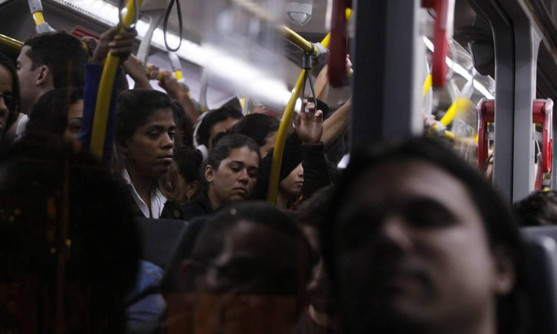 Ônibus sempre com lotação máxima significam viagens mais desconfortáveis para todos os passageiros Foto: Marcelo Carnaval / Agência O Globo