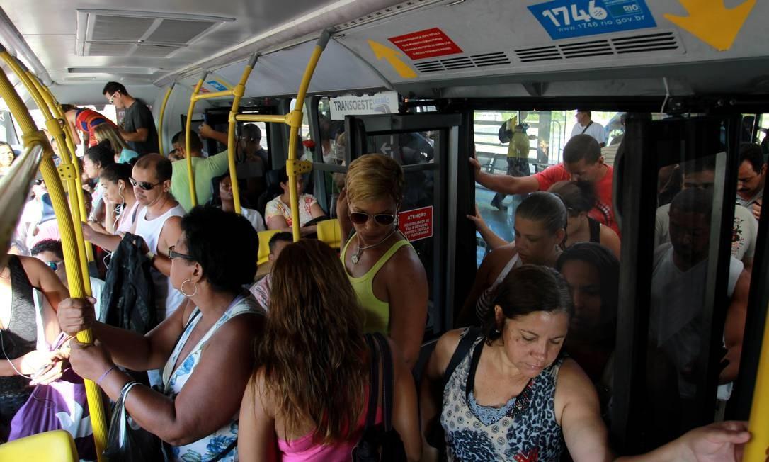 Luta para entrar nos ônibus do BRT já faz parte do cotidiano de muitos cariocas Foto: Gabriel de Paiva / Agência O Globo