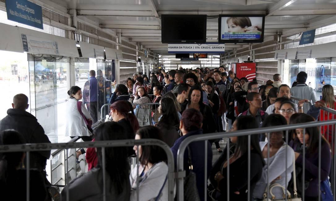 Filas na hora do embarque reúnem centenas de passageiros em diferentes estações do BRT Foto: Marcelo Carnaval / Agência O Globo