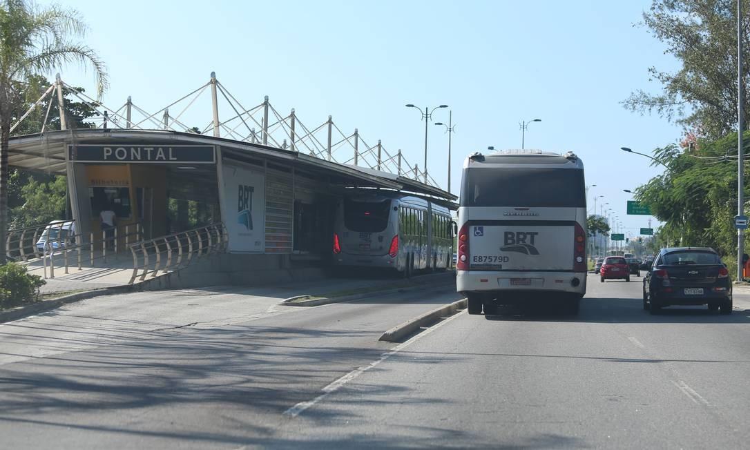 Eventualmente, os ônibus do BRT descumprem a regra circulam fora da pista exclusiva, como aconteceu em maio de 2018 no Transoeste Foto: Fabiano Rocha / Agência O Globo