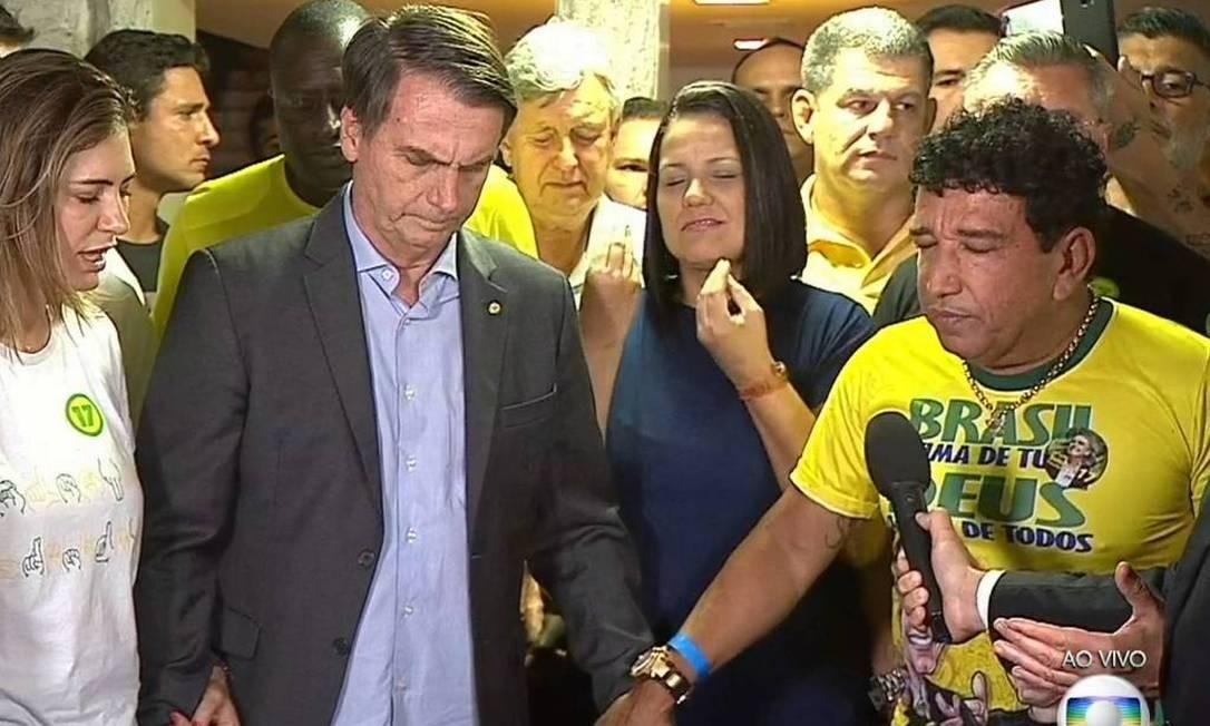 O presidente Jair Bolsonaro reza com a mulher, Michelle, e o senador Magno Malta, após a confirmação da vitória nas eleições de 2018 Foto: Reprodução