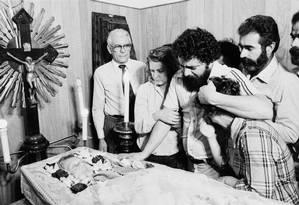 Lula chora e abraça Dona Marisa Letícia durante velório de sua mãe, Dona Lindu, na capela do hospital da Beneficiência Portuguesa em São Caetano do Sul (SP) 12/05/1980 Foto: Silvio Corrêa / Agência O Globo