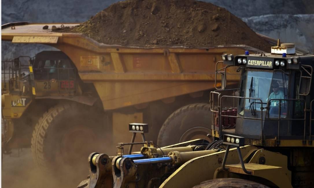 Um caminhão basculante da Caterpillar Inc. transporta minério de ferro extraído na mina de Brucutu da Vale, em Barão de Cocais Bloomberg