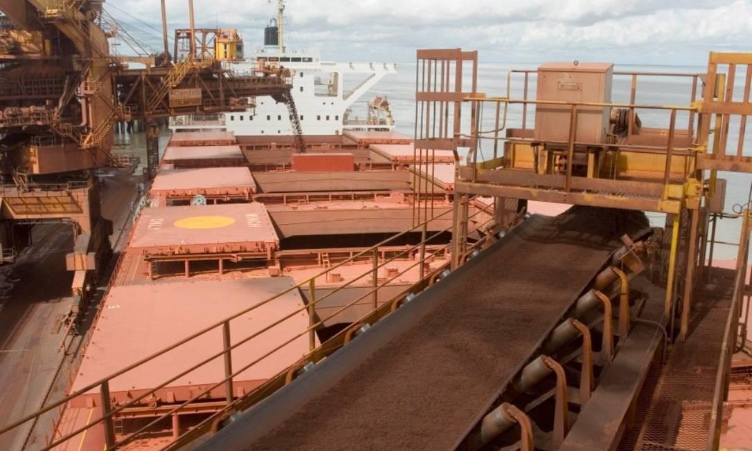 O minério de ferro é colocado em um cargueiro no Terminal Marítimo de Ponta da Madeira, pertencente à mineradora Vale, no estado do Maranhão Bloomberg News - 23/06/2006