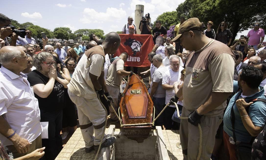 O corpo do irmão de Lula, Genival Ignácio da Silva, foi enterrado em São Bernardo do Campo sem a presença do ex-presidente Foto: Fotoarena / Agência O Globo