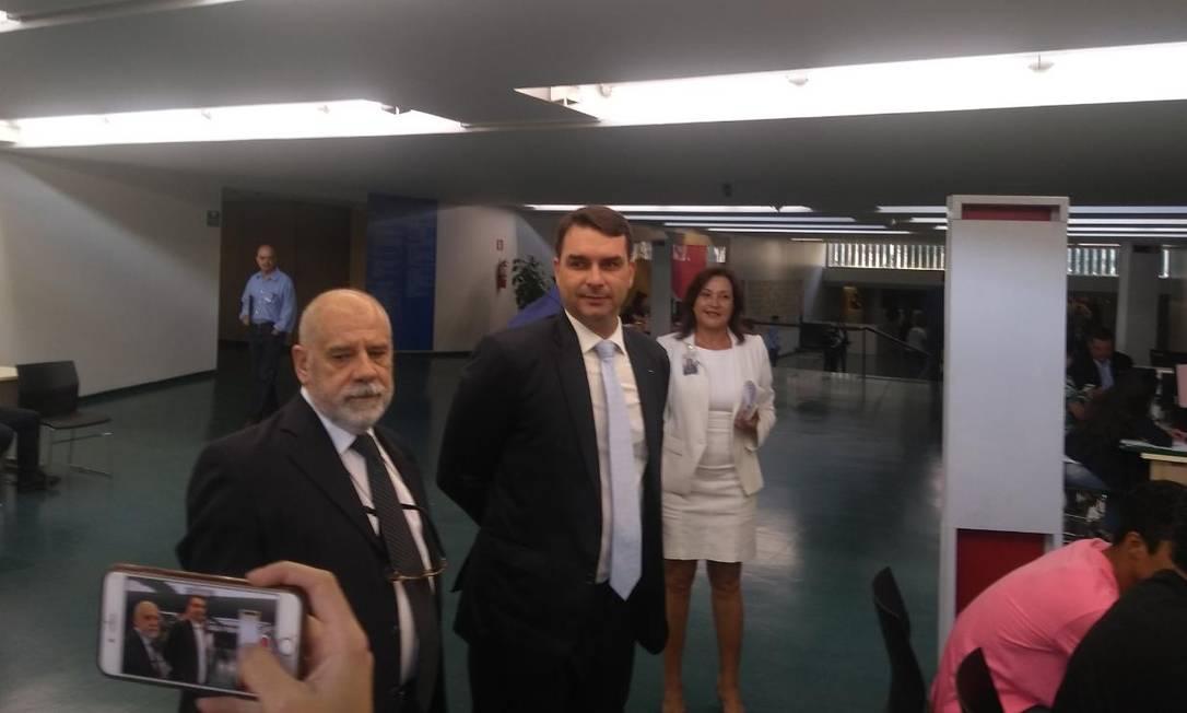 Flávio Bolsonaro aguarda para fazer cadastro biométrico Foto: Agência O Globo / Bruno Góes