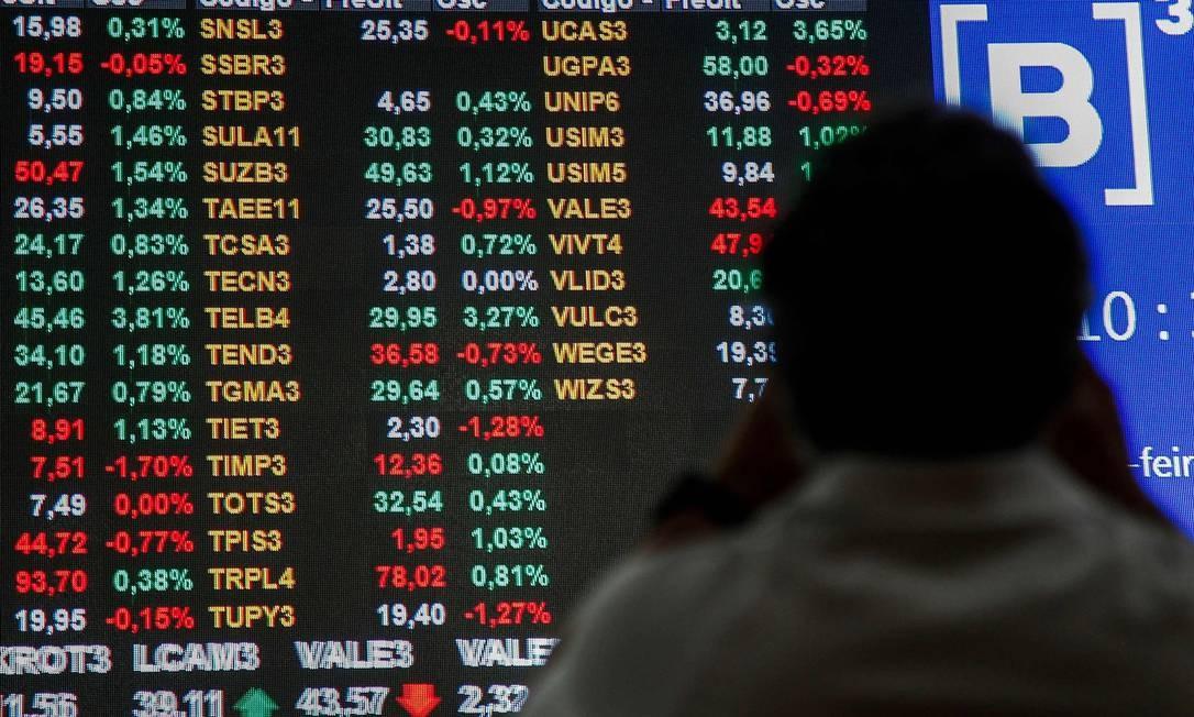 As ações da Vale são vistas no painel da Bolsa de Valores de São Paulo. Na segunda-feira, dia 28, os papéis registraram queda de mais de 20% MIGUEL SCHINCARIOL / AFP
