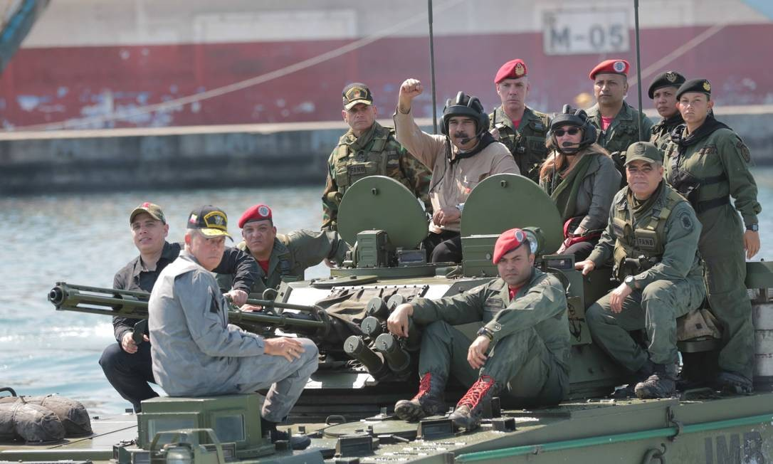 O presidente da Venezuela, Nicolás Maduro, tem peregrinado por quartéis em busca de apoio desde que o líder da Assembleia Nacional, Juan Guaidó, se autoproclamou presidente interino, no dia 23 de janeiro. Aqui, com a mulher, Cília Flores, ele acompanha exercícios militares em Puerto Cabello, em 27 de janeiro HANDOUT / REUTERS