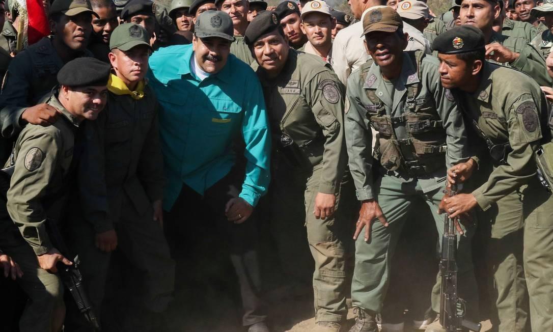 Maduro posa para fotos com soldados venezuelanos no Forte de Paramacay, no estado de Carabobo; em agosto de 2017, local foi cenário de levante militar contra o governo Foto: MARCELO GARCIA / AFP