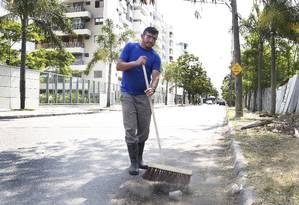 Para compensar, condomínios estão arcando com custos de pessoal para manutenção das ruas Foto: Marcos Ramos / Agência O Globo
