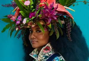 Luiza usa jaqueta Gucci e arranjo de cabeça Pólen Flores e Plantas Foto: Leandro Tumenas