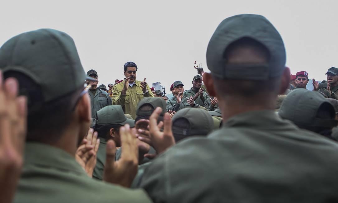 """Maduro entre soldados das Forças Armadas Nacionais Bolivarianas durante evento militar em um dos mais importantes complexos militares venezuelanos; o presidente acusa """"mercenários desertores"""" de conspirar da Colômbia para dividir os militares e arquitetar um golpe de Estado MARCELO GARCIA / AFP"""