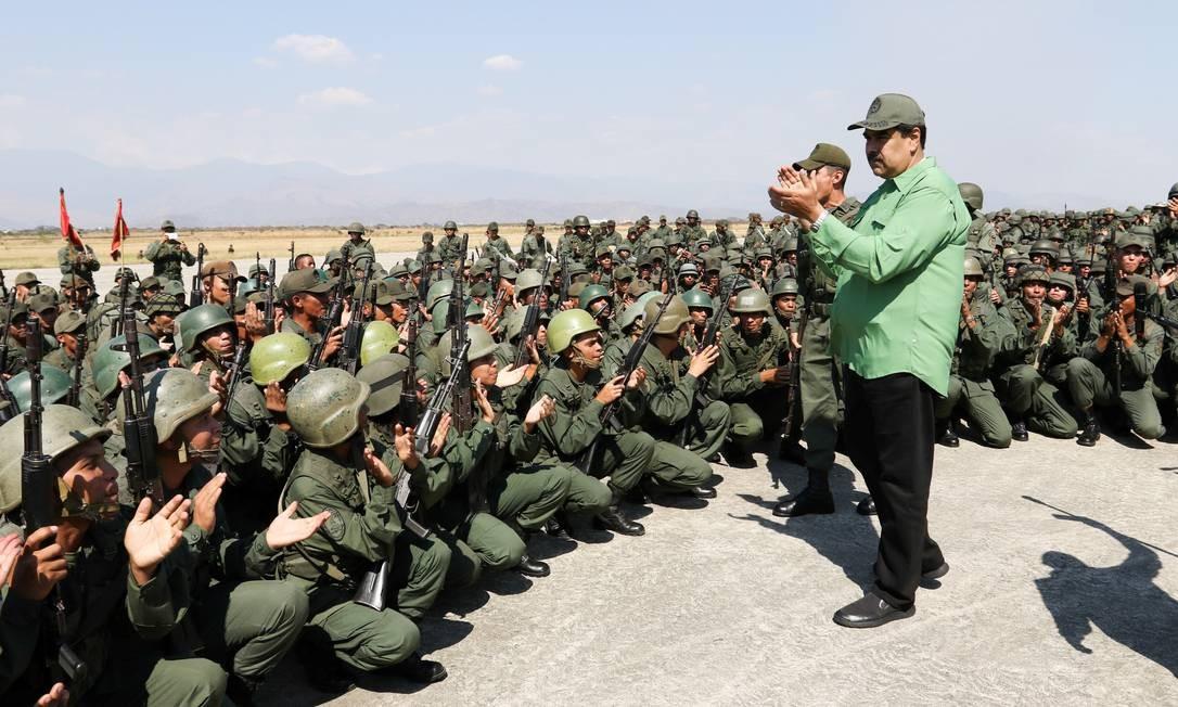 Militares aplaudem Maduro em Maracay no dia 29 de janeiro; presidente instou forças a se manterem unidas e mobilizadas no dia seguinte, após várias visitas consecutivas a quartéis da Venezuela HANDOUT / REUTERS