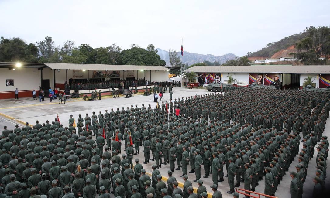Em Caracas, Maduro falou diante de cerca de 2,5 mil soldados em dias de alta tensão para a Venezuela; onda de protestos com 850 presos começou com levante militar que ganhou adesão civil nas ruas sob incentivo da oposição HANDOUT / REUTERS