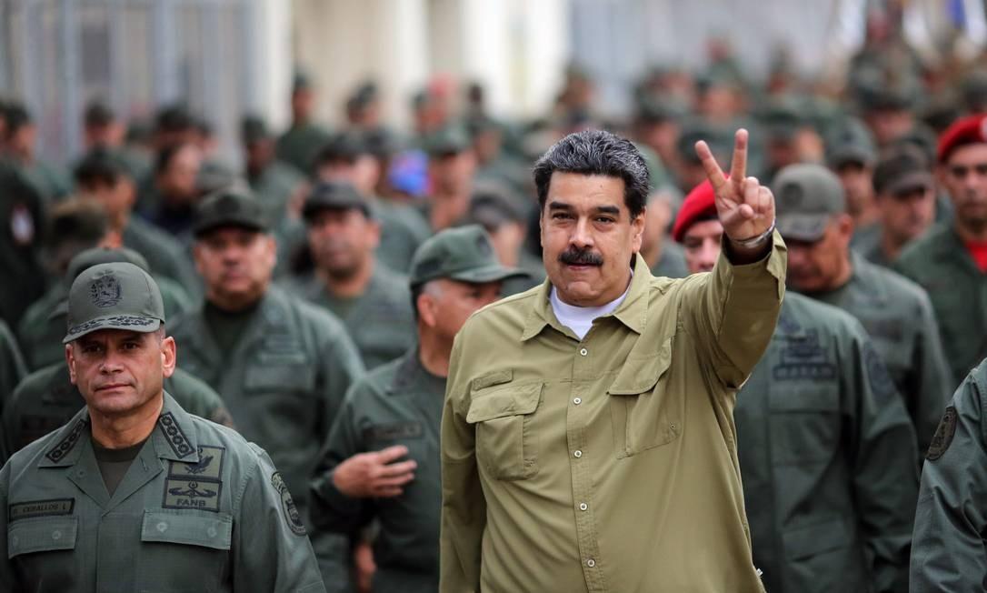Marcha com militares em 29 de janeiro; Guaidó vem trabalhando para convencer militares a não mais reconhecer Maduro como presidente legítimo, além de ter espalhado nos quarteis uma proposta de Lei da Anistia que livraria de punições aqueles que colaborassem com um governo de transição MARCELO GARCIA / AFP
