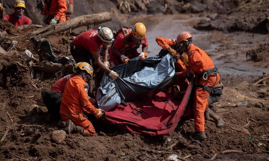 Bombeiros retiram corpo da lama após rompimento da barragem em Brumadinho: tragédia provoca reviravolta no mercado Foto: MAURO PIMENTEL / AFP