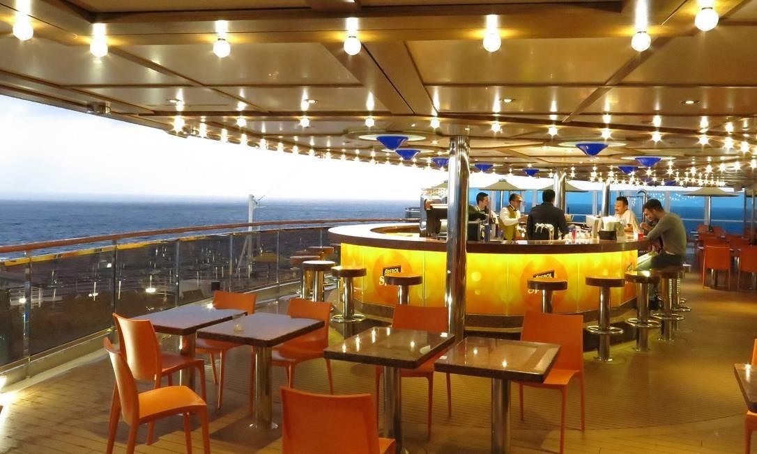 Hóspedes tomam uns drinques num dos bares do navio Costa Diadema Foto: André Sarmento / Agência O Globo