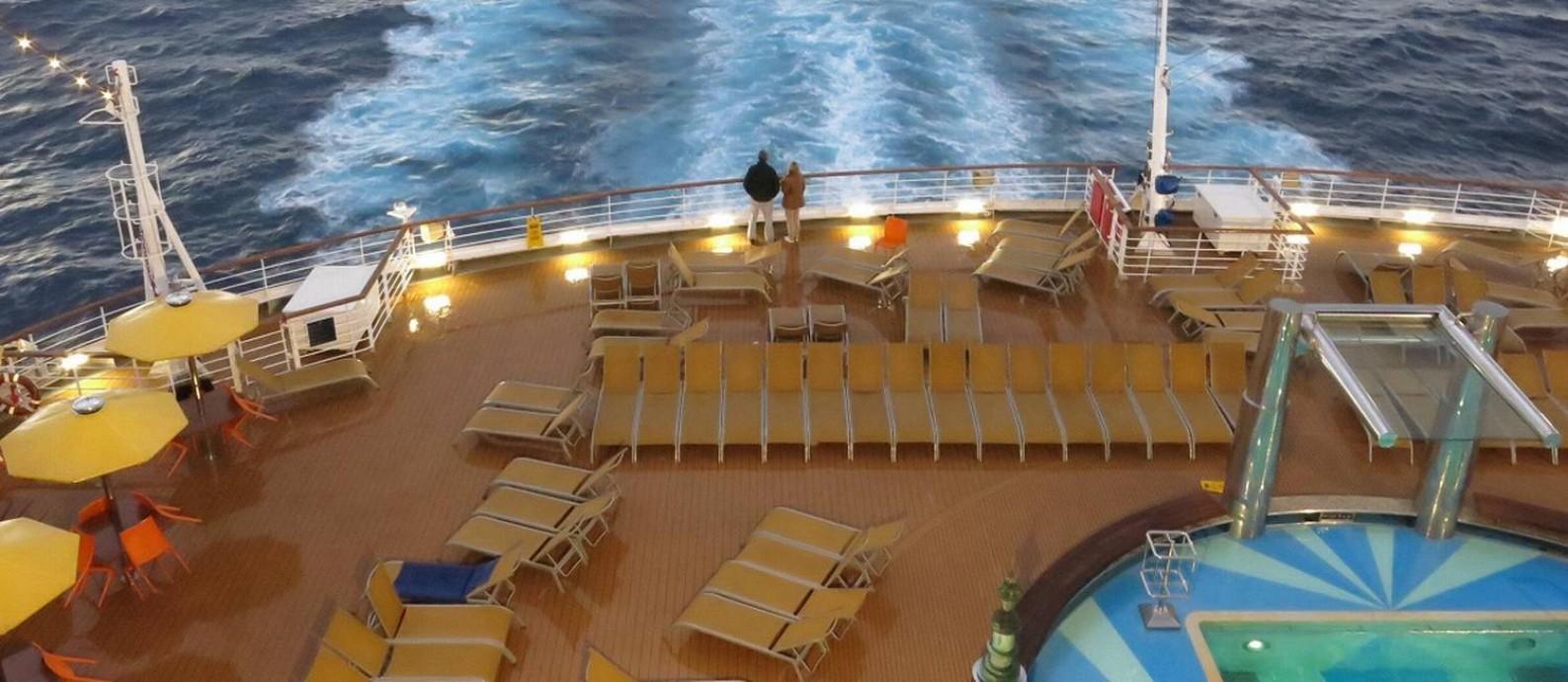 Casal no deque do navio Costa Diadema durante um cruzeiro pelo Mar Mediterrâneo Foto: André Sarmento / Agência O Globo