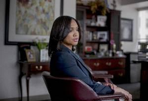 A promotora Marilyn Mosbyem seu escritório em Baltimore: embora a maconha ainda seja oficialmente ilegal no estado de Maryland, ela não vai mais processar pessoas detidas por posse da droga na cidade Foto: Gabriella Demczuk/The New York Times