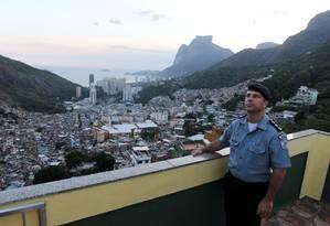 O major Edson, quando assumiu o patrulhamento da Rocinha, em 2012. Ele viria a ser condenado pela morte e tortura de Amarildo Foto: Domingos Peixoto / Agência O Globo