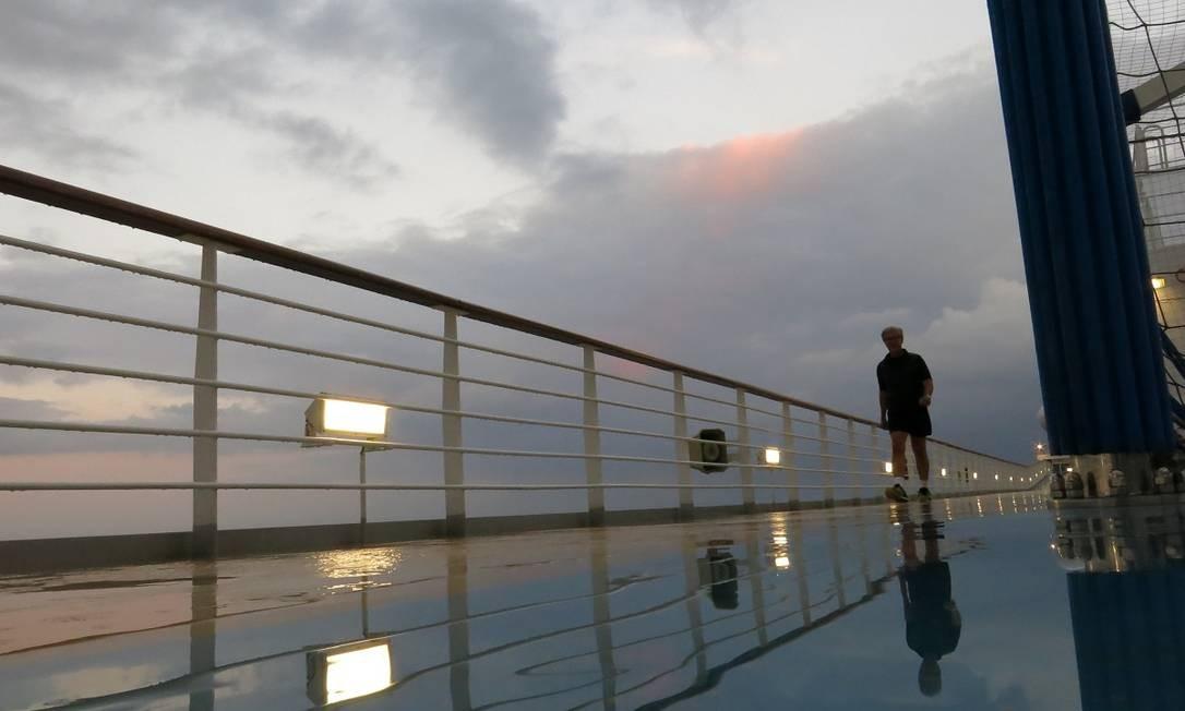 Hóspede caminha no deque superior do Costa Diadema. Navio tem boa estrutura, como academia, para quem quer fazer exercícios a bordo Foto: André Sarmento / Agência O Globo