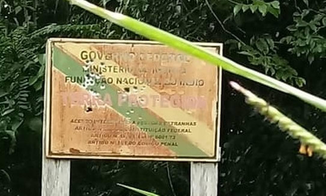 Marcas de bala na placa da terra dos uru-eu-wau-wau, em Rondônia Foto: Divulgação / Funai