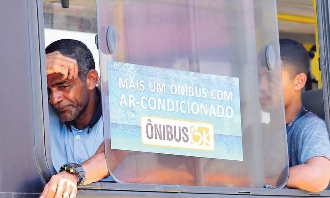 Propaganda enganosa: Ônibus em Campo Grande circula com as janelas abertas, apesar de divulgar climatização Foto: Guilherme Pinto / Agência O GLOBO