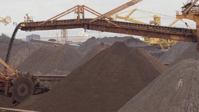 Minério de ferro é transportado para um pátio de estocagem no Terminal Marítimo de Ponta da Madeira, de propriedade da Vale , no estado do Maranhão Foto: Bloomberg