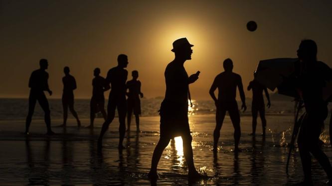 Fim de tarde em Ipnema. Sol não deve dar trégua nesta quinta-feira Foto: Alexandre Cassiano / Agência O Globo
