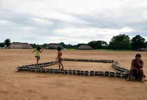 A aldeia dos kamayurás fica à beira de um enorme lago. À noite, os índios se reúnem para assistir ao Jornal Nacional Foto: Jorge William / Agência O Globo