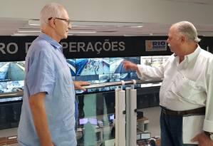 Salomão, à esquerda, com Edésio Frias no centro de operações do BRT no Terminal Alvorada, na Barra Foto: Luiz Ernesto Magalhães
